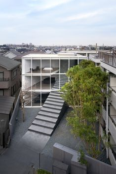 Built in the heart of Tokyo's lively Shinjuku district, Stairway House, the creation of Nendo design studio, is an impressive structure. This vast cube has a monumental staircase running through it, that goes from the top of the building to where the property meets the road.
