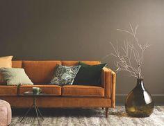 Sofa Adelaïde de GUS* en velvet rust.  Design classique très minimaliste inspiré des archétypes de sofas du milieu des années 50. Le piètement en bois de frêne offre une très belle et subtile finition pour cette collection déclinée en sofa trois places et sofa sectionnel. #nuspace #nuspacemtl #nuspacemobilier