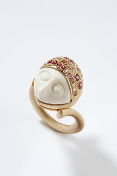 Gold ring with pink tourmaline and diamonds in pavé and an ivory piece. This piece recalls the chryselephantine technique of Antiquity, with an Art Nouveau-inspired design. GUSTAVO DELGADO JOYAS gdelgadocrespo@yahoo.es