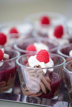 Mousse au Chocolat mit Cassis #MousseauChocolat #dessert #cassis #Himbeeren #catering #mannheim #hochzeit #liebe #love #sommer #caduli #hochzeitsfeier #buffet #location #schloss Foto:http://www.annalogue.de/