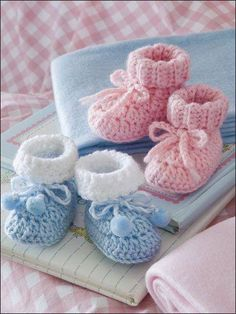 Crochet - Patterns for Children & Babies - Booties, Slippers & Socks Patterns - Easy Baby Booties Crochet Pattern Crochet Child Booties Simple Child Booties Crochet Sample Obtain from e-PatternsCentral. -- Retaining Child's tootsies heat is a snap with th Booties Crochet, Crochet Baby Shoes, Crochet Baby Clothes, Crochet Slippers, Cute Crochet, Crochet For Kids, Crochet Crafts, Yarn Crafts, Crochet Projects