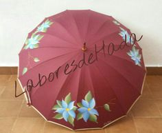 Paraguas granate con flores azules