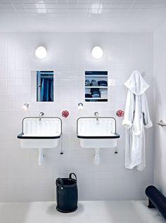 Une salle de bain blanche carrelée