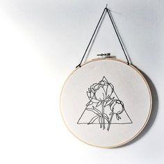 Triangle et pivoine main brodé Wall Art par tuskandcardinal sur Etsy
