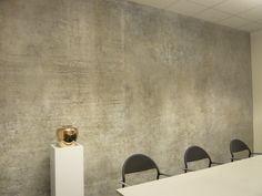 Ehemals übertapezierte und mehrfach gestrichene Betonwände gereinigt,überarbeitet, Fehlstellen ergänzt, geschliffen und poliert. Im Eingangsbereich mit Namensgravur, Schrift silbrig überarbeitet. Boden in der Masse anthrazitgrau gefärbter Fliesspachtel, gewachst und poliert.    raumkunst Katrin Schwenk Steuerkanzlei bei Stuttgart P1000689.JPG