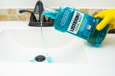 Crazy And Brilliant Listerine Hack – Country Diaries Borax Cleaning, Diy Home Cleaning, Bathroom Cleaning Hacks, Household Cleaning Tips, Cleaning Recipes, House Cleaning Tips, Diy Cleaning Products, Cleaning Solutions, Deep Cleaning