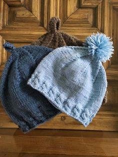 patrón gratuito de gorro de bebé a dos agujas con explicación de los cambios que supone la calidad de la lana y la aguja empleada