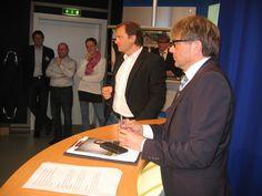 Redaktionsleiter Frank Ebert (links) und TVO-Geschäftsführer Norbert Kießling (rechts) erklären die TVO-Strukturen und gehen auf Fragen der Gäste ein.