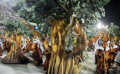 Árvores ambulantes passeiam pela Sapucaí durante apresentação da Unidos da Tijuca