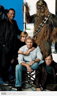 Star Wars Return Of The Jedi gang now featuring Billy Dee Williams, Carrie Fisher, Harrison ford, Mark Hamill and Chewbacca Star Wars Film, Star Trek, Star Wars Dark, Chewbacca, Harrison Ford, Star Francaise, Princesa Leia, Darth Vader, Photo Vintage