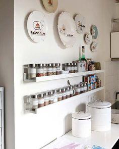Pra quem muitos temperos na cozinha, uma prateleira planejada para eles :)  Organização e praticidade!