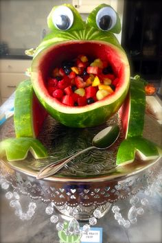 Frogs: fruit filled watermelon frog, chocolate covered Oreo frogs, chicken salad lily pads and pond punch. Watermelon Fruit Salad, Watermelon Carving, Fruit Salads, Watermelon Ideas, Fruit Trays, Watermelon Animals, Watermelon Party Decorations, Jungle Party Decorations, Cute Food