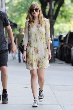 Dakota Johnson Para vestidos florales, el que lucióDakota Johnson paseando por la Gran Manzana. La actriz de 50 Sombras de Grey(2014) contrarrestó el delicado diseño con unas Converse de color negro. Un bolso y unas gafas de sol remataron su apuesta.