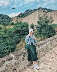 Image may contain: 1 person, standing, mountain, sky, outdoor and nature – Hijab Fashion High Street Fashion, Street Hijab Fashion, Muslim Fashion, Modest Fashion, Uk Fashion, Fashion Outfits, Hijab Mode Inspiration, Style Inspiration, Style Hijab Simple