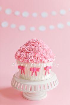 Pink and white cake with bows, cake smash, © Dimery Photography #cakesmash