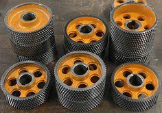 Die verzahnten Stahlrollen finden ihren Einsatz in vielen gängigen Vorschubapparaten, Vierseitenhobelmaschinen oder Hobelmaschinen mit Vorschubgerät. Wood Planer, Confusion, Wheeling, Collection