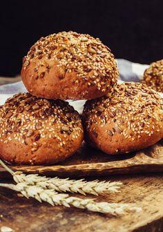 Dinkel-Vollkornweckerl Daily Bread, Bagel, Bread Recipes, Hamburger, Buffet, Rolls, Food And Drink, German, Orange