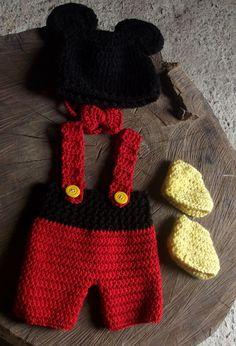 Conjunto confeccionado em crochê em fio antialergico.  composição - gorro, calça curta com suspensorio, gravatinha e sapatinho.  cor - vermelho, preto e amarelo  tamanhos - RN/ 1 a 3 / 3 a 6 meses R$ 99,00