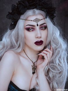 Headchain 'Threnody' with swarovski drop bead. • Safe tested metal. • Standard shipping. • Free organza giftbag. • For questions (like shipping upgrade or other) please contact us. Photography: Iberian black arts Model: Threnody in velvet