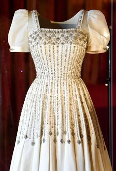 NEW POST ON THE BLOG!!! Princess Beatrice visited the special display of her wedding gown, a vintage dress by Norman Hartnell, first worn by The Queen. #PrincessBeatrice #PrincessBeatriceWedding #WeddingGown #NormanHartnell #BeatriceofYork #YorkRoyalWedding #QueenElizabeth #RoyalFashionChannel #RoyalFashionBlog #RoyalFashion #Royalty #RoyalWedding #PrincesseBeatrice #BeatricedeYork #PrincesaBeatrice #Wedding #RoyalGown #RoyalBride #RoyalBrides #Bride Royal Wedding Gowns, Royal Weddings, Wedding Dresses, Princess Beatrice Wedding, Princess Wedding, Estilo Real, Sarah Ferguson, Royal Queen, Isabel Ii