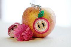 Porte clés pomme réalisé à la main avec des perles hama.    Ces porte clés fruités seront parfait pour donner de la couleur et de l'originalité à vos trousseau de clés. Trop mignons !