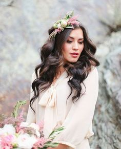 Flores para cabelo de noiva - Fresh Flower Wedding Hair | Bridal Musings Wedding Photo by Evelyn Eslava Photography via Green Wedding Shoes