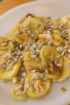 Carpaccio de calabacín y queso de cabra con miel y pipas crujientes. ¡Un plato sano, agridulce y muy sabroso!  http://elbauldelasdelicias.blogspot.com.es/2013/08/carpaccio-de-calabacin-con-queso-de.html