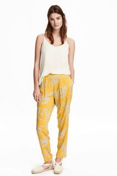 Pantalón Loose fit: Pantalón de viscosa con pliegues en la cintura. Modelo con cintura estándar y elástico detrás, y bolsillos al bies. Perneras anchas más ajustadas en el bajo.