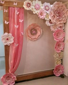 How to make Giant Paper Flowers - Ideas for children's parties, For many . Paper Flower Wall, Paper Flower Backdrop, Giant Paper Flowers, Big Flowers, Coin Photo, Diy Paper, Paper Crafts, Idee Baby Shower, Creation Deco