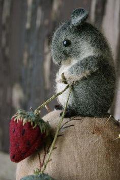 Felt craft: small mouse ; petite souris (des champs) en laine cardée