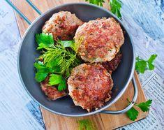 Το κρέας του κοτόπουλου είναι άπαχο οπότε δεν έχει καθόλου υγρασία. Την υγρασία που χρειάζεται την προσθέτετε εσείς βάζοντας έξτρα λιπαρά στο μείγμα για τα μπιφτέκια!!! Όπως παρμεζάνα ή κεφαλοτύρι, γάλα και ηλιέλαιο στο πλάσιμο. Salmon Burgers, Dinner Recipes, Dinner Ideas, Cooking, Ethnic Recipes, Food, Kitchen, Essen, Supper Ideas