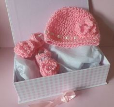 FREE Crochet Patterns: Free Crochet Patterns for Baby Hat and Baby Bootie Shoes Set.