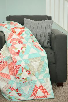 Seriously in love with this quilt. Who wants to make it for me? {Hopscotch Quilt by Thimble Blossoms}