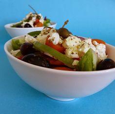 À faire une dernière fois avant que tomates, concombres et poivrons ne disparaissent des étales : une bonne salade à la grecque.