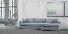 Canapé classique mais qui sort de l'ordinaire avec sa surpiqûre. Existe en fauteuil, compositions, pouf.