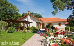 A földszintes családi ház elhelyezésénél fontos szempont volt, hogy a feleség virágos díszkertet, a férj pedig veteményes kertet kívánt létrehozni. Case, Gazebo, Houses, Outdoor Structures, Modern, Ideas, Homes, Kiosk, Trendy Tree
