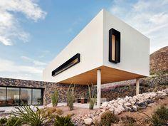 Située dans les montagnes Franklin, au-dessus de la ville d'El Paso, au Texas, cette maison familiale moderne a été conçue par les architectes Darci Hazelbaker et Dale Rush du studio Hazelbaker Rush.  La maison étant placée sur la montagne escarpée, elle est entourée d'une végétation unique comme les succulentes, les cactus, les graminées du désert… L'emplacement offre également une incroyable vue panoramique sur la vallée du fleuve Rio Grande et la ville d'El Paso en bas. La maison est...