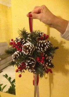 Best front door decorations for christmas pine cones Ideas - Pine cone crafts - Pine Cone Christmas Decorations, Christmas Pine Cones, Christmas Centerpieces, Diy Christmas Ornaments, Christmas Holidays, Christmas Wreaths, Pinecone Ornaments, How To Make Ornaments, Christmas Colors