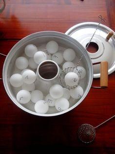 Klanksoep! Vis een klank uit de soep. Ken je de klank (en het gebaar)? Dan mag je het soepballetje in jouw soepkom doen. Wie heeft de meeste balletjes in zijn soep? Zelfcorrigerend? Nee...maar reken er op dat ze elkaar corrigeren!  ;)