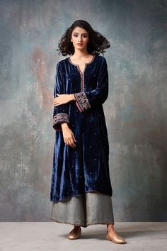 navy blue and grey, what a great combination for girls who like to keep it simple! not so standing-out yet so unique kind of thing. what I love most about is the neck, the combination of round and v-neck, its delicate and elegant! Pakistani Dresses Casual, Pakistani Bridal Dresses, Indian Dresses, Indian Outfits, Party Wear Dresses, Dress Outfits, Fashion Dresses, Dress Up, Indian Attire