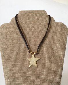 Un favorito personal de mi tienda de Etsy https://www.etsy.com/es/listing/512595142/gargantilla-polipiel-estrella-dorada