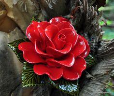 Rode roos van Frans keramiek. kijk voor meer informatie op www.keramiekvoorbuiten.nl Don't hesistate to contact Keramiek voor buiten for more information