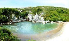 Playa de Gulpiyuri, Asturias. Lugares imprescindibles de España que deberías visitar