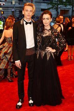 Lily Collins y Jamie Campbell Bower, impusieron un estilo sofisticado y chic de la moda Punk.
