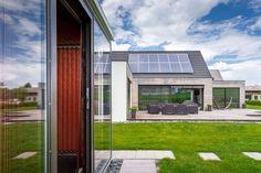 Moderné bývanie s výhľadom do lesov je unikátne svojou polohou. Pracuje so zasadením do krajiny v podhorí Nízkych Tatier. #rodinnydom #stavba #svojpomocne #stavebnymaterial #ytong #zdravebyvanie #vysnivanydom #modernydom #staviamedom #ytong #byvanie #rodinnebyvanie #modernydomov #architektura #vyhlad #hory Interior Design Living Room, Living Room Decor, Bedroom Decor, Small Space Interior Design, Sustainable Design, Design Trends, Small Spaces, Mansions, House Styles