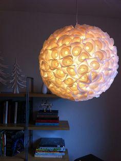 basis is een rijstlamp (IKEA), daarop plak je met lijmpistool cupcakevormpjes (2 in elkaar, grote witte en kleinere gekleurde) en zie daar een bijzondere lamp!