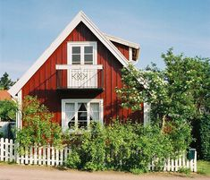 I want to live in a rod stuga in sweden! Scandinavian Cottage, Swedish Cottage, Cute Cottage, Red Cottage, Cottage Homes, Small Cottages, Cabins And Cottages, Red Houses, Little Houses