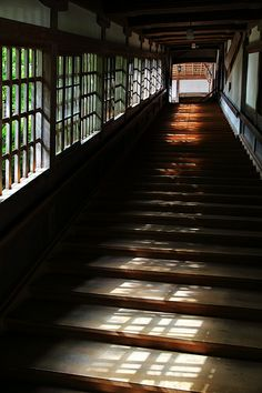 Stairs in Eihei-ji temple, Fukui / 曹洞宗大本山永平寺 Japanese Temple, Japanese House, Japanese Dojo, Japan Architecture, Architecture Details, Bg Design, Design Ideas, Interior Design, Japan Kawaii
