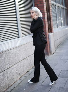 Tigha, Bluse, Seidenbluse, All Black, Casual, Flared, Sneker, Converse, Chucks, Selfnation, ootd, Look, Streetstyle, Fall, Herbst, Fashion, Blog, stryleTZ