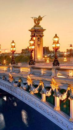 Ponte do Rei Alexandre, o Grande - Paris -  França lindíssima , com muitos ornamentos em ouro e suas luminárias são muito bonitas!!!
